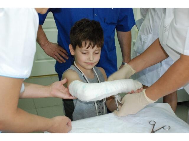 Лечение ушибов: мазь от ушибов для детей